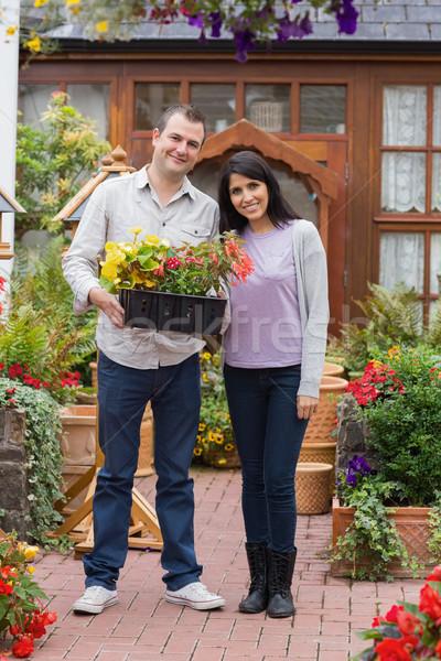 Uśmiechnięty para taca roślin ogród Zdjęcia stock © wavebreak_media