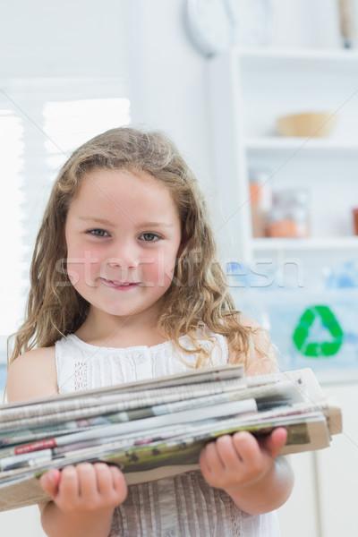 Glimlachend meisje oude kranten recycling Stockfoto © wavebreak_media