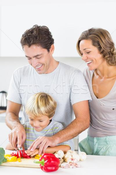 Foto stock: Mãe · assistindo · filho · marido · legumes · cozinha