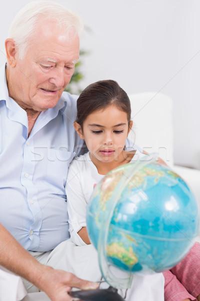 Glimlachend kleindochter grootvader wereldbol vergadering sofa Stockfoto © wavebreak_media