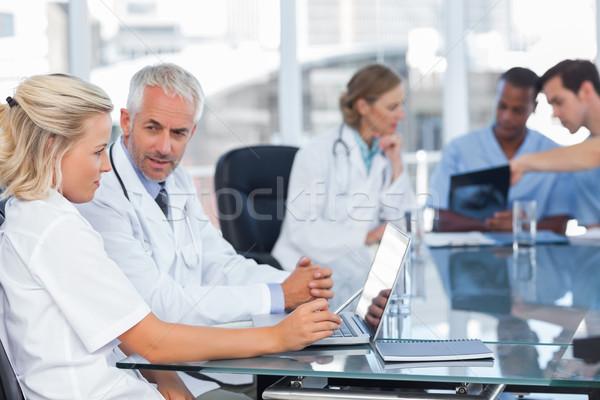 Due medici utilizzando il computer portatile medici squadra computer Foto d'archivio © wavebreak_media