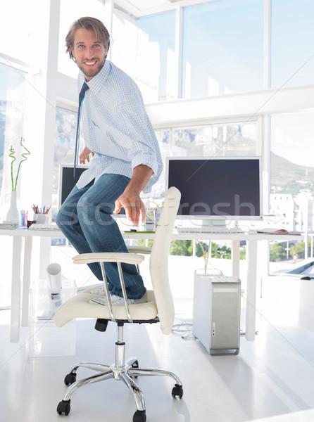 ストックフォト: 男 · サーフィン · 椅子 · 明るい · 現代 · オフィス