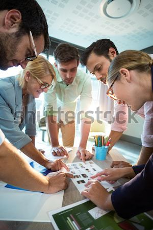 Választ fényképek megbeszélés nagy asztal iroda Stock fotó © wavebreak_media