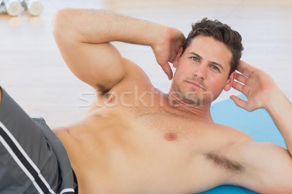 Determinado moço abdominal exercer esportes ginásio Foto stock © wavebreak_media