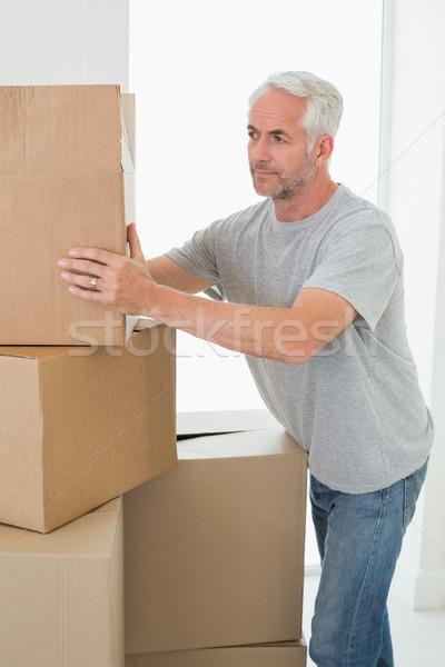 Figyelmes férfi néz karton költözködő dobozok új otthon Stock fotó © wavebreak_media