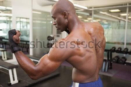 Sem camisa muscular homem ginásio vista lateral posando Foto stock © wavebreak_media