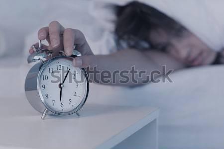 Stock fotó: Gyönyörű · barna · hajú · ébresztőóra · otthon · hálószoba · lámpa