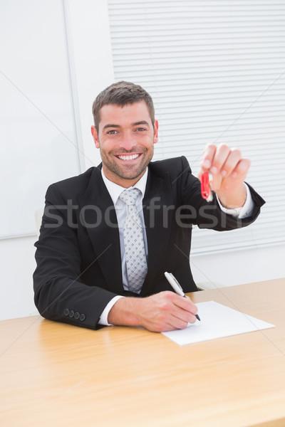 Ingatlanügynök mutat ház kulcs iroda férfi Stock fotó © wavebreak_media