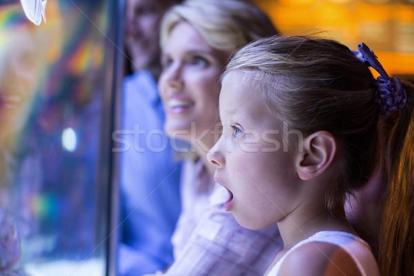 Meglepődött lánygyermek mögött tengeri csillag tank akvárium Stock fotó © wavebreak_media