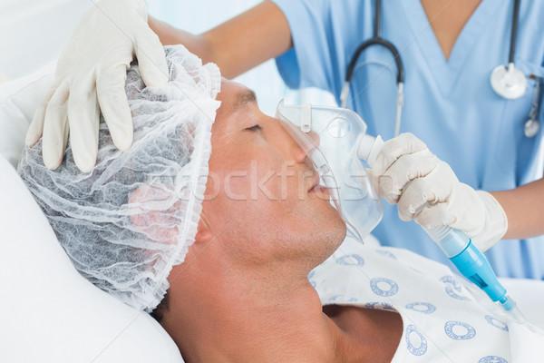 Médico máscara de oxigênio hospital mulher homem médico Foto stock © wavebreak_media