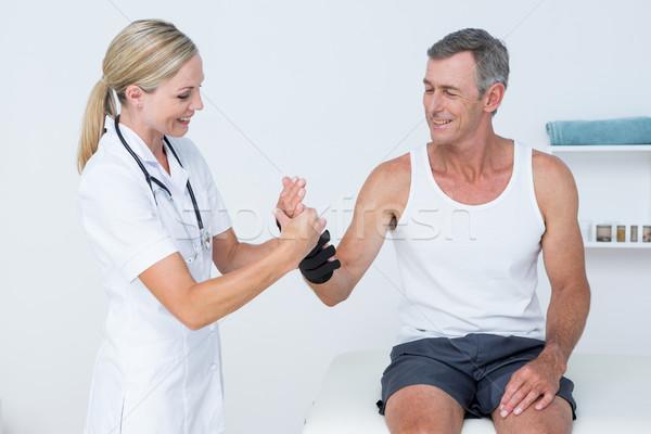 Orvos megvizsgál férfi csukló orvosi iroda Stock fotó © wavebreak_media