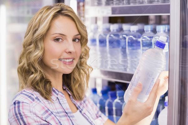 Portrait souriant joli femme blonde une bouteille d'eau Photo stock © wavebreak_media