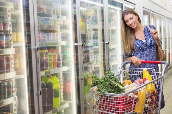 портрет улыбающаяся женщина ходьбе проход супермаркета женщину Сток-фото © wavebreak_media