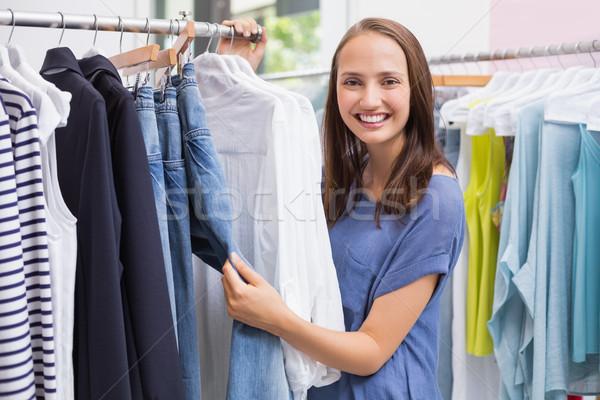 Csinos barna hajú ruhaakasztó portré női mosolyog Stock fotó © wavebreak_media