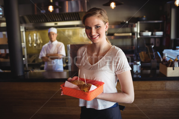 Pincérnő tart hamburger tálca portré étterem Stock fotó © wavebreak_media