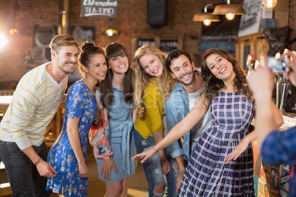 Grupo feliz amigos posando pub homem Foto stock © wavebreak_media