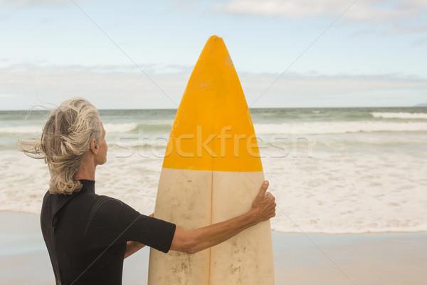 Mulher prancha de surfe em pé costa Foto stock © wavebreak_media
