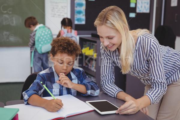 Nauczyciel pomoc uczeń praca domowa klasie szkoły Zdjęcia stock © wavebreak_media