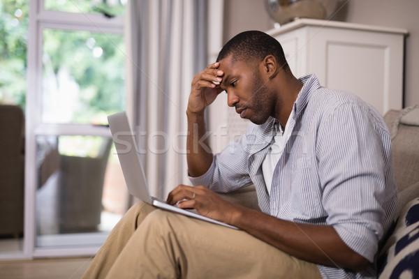 Mann mit Laptop Sitzung home junger Mann Technologie Stock foto © wavebreak_media