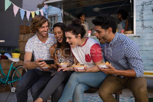 Vrienden mobiele telefoon snacks gelukkig business vrouw Stockfoto © wavebreak_media