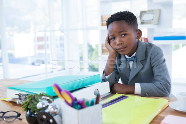 Retrato empresario mano barbilla sesión escritorio Foto stock © wavebreak_media