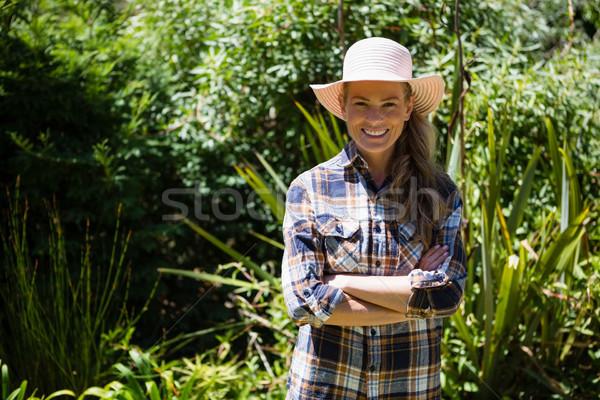 Portré boldog nő áll keresztbe tett kar kert Stock fotó © wavebreak_media