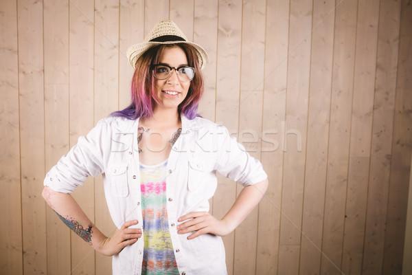 Stock fotó: Lány · szemüveg · pózol · kezek · csípő · fából · készült