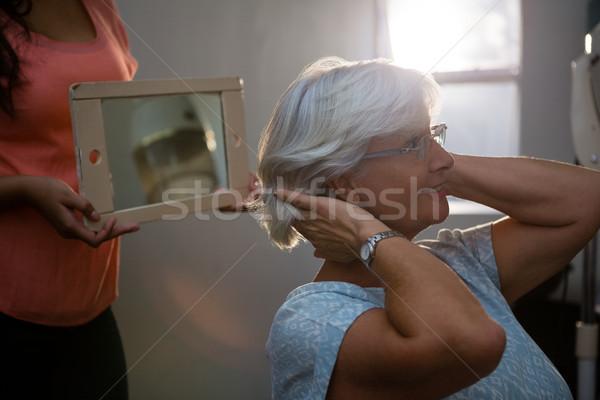 Tonen haren spiegel senior vrouw salon Stockfoto © wavebreak_media