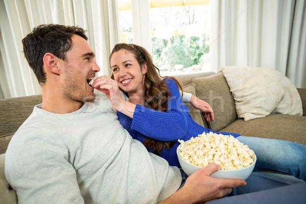 Manger popcorn canapé salon femme Photo stock © wavebreak_media