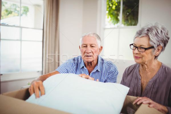 Idős pár kartondoboz nappali nő férfi otthon Stock fotó © wavebreak_media
