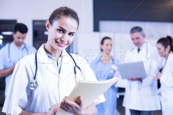 Női orvos tart orvosi jelentés mosolyog Stock fotó © wavebreak_media