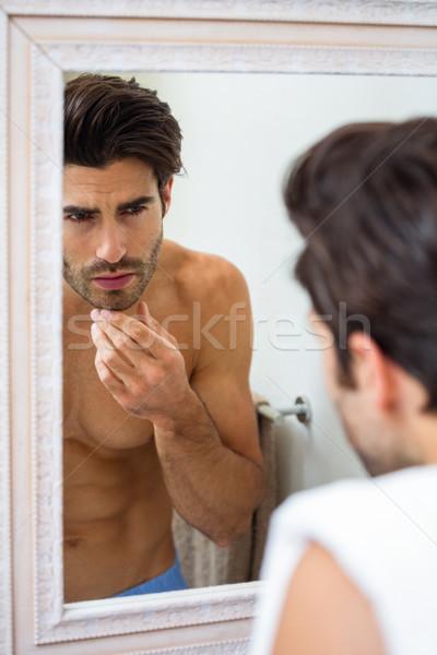 Man stoppels badkamer naar spiegel gezicht Stockfoto © wavebreak_media