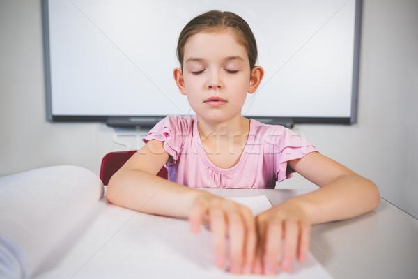 Uczennica czytania książki klasie szkoły dziewczyna Zdjęcia stock © wavebreak_media