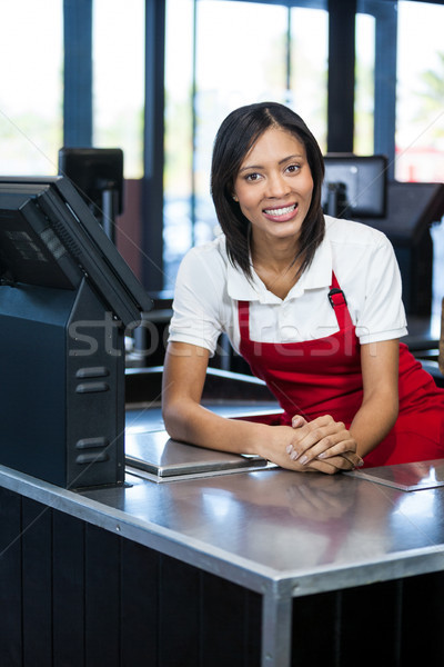Vrouwelijke personeel vergadering cash counter portret Stockfoto © wavebreak_media