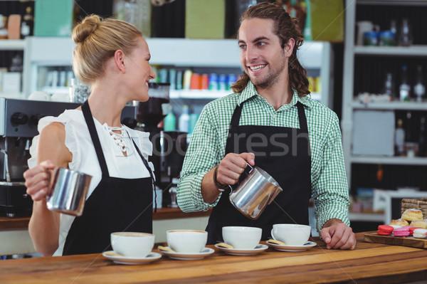 Sorridere cameriere cameriera Cup caffè Foto d'archivio © wavebreak_media