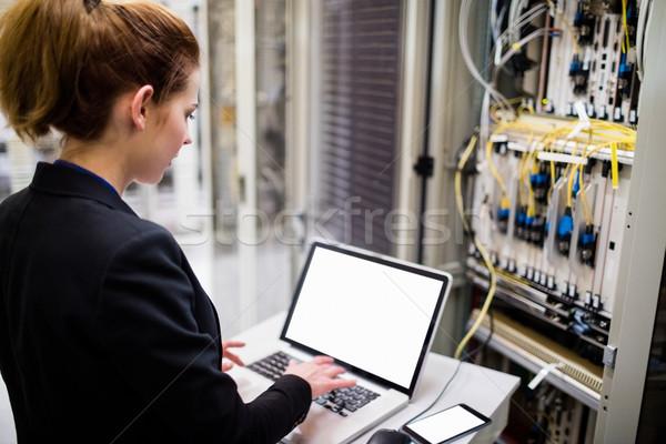 Technikus laptopot használ szerver szoba egér notebook Stock fotó © wavebreak_media