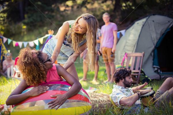 Barátok dől strandlabda táborhely napos idő utazás Stock fotó © wavebreak_media
