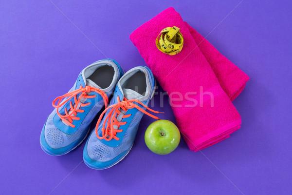 Sportcipők alma törölköző mérőszalag lila fitnessz Stock fotó © wavebreak_media