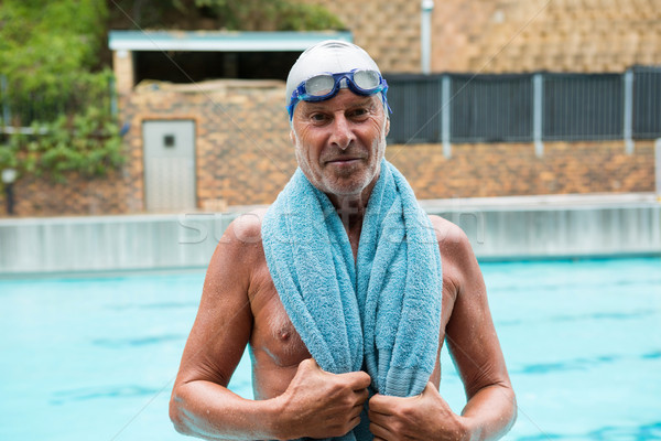 Senior uomo asciugamano spalle piedi viaggio Foto d'archivio © wavebreak_media