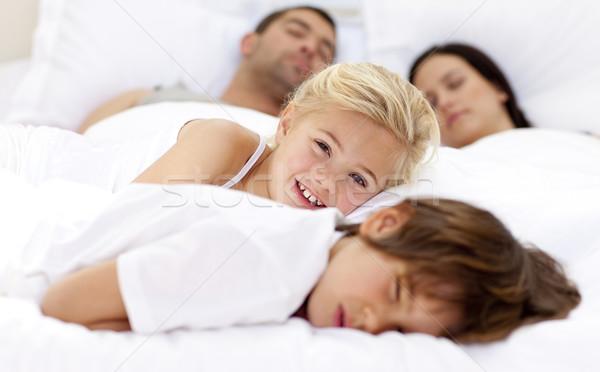 Lächelnd Tochter entspannenden Bruder Eltern Bett Stock foto © wavebreak_media
