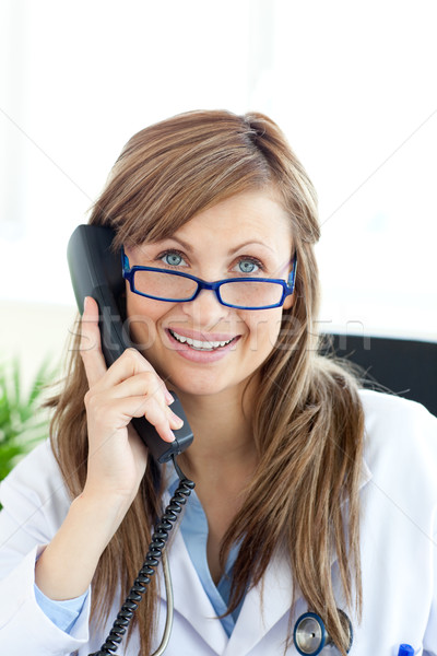Sorridere femminile medico parlando telefono ufficio Foto d'archivio © wavebreak_media