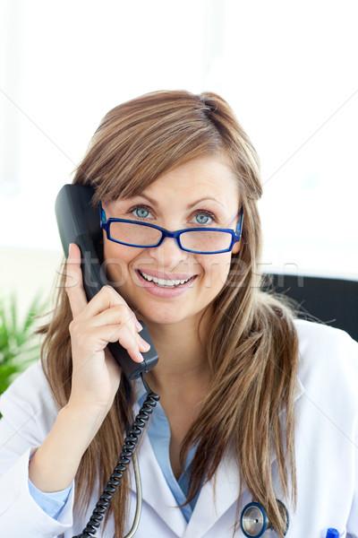 Glimlachend vrouwelijke arts praten telefoon kantoor Stockfoto © wavebreak_media