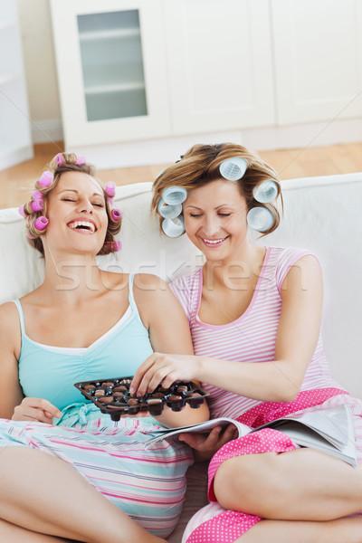 Elragadtatott női barátok haj eszik csokoládé Stock fotó © wavebreak_media