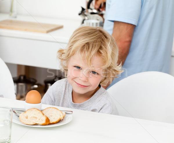 Zdjęcia stock: Mały · chłopca · jedzenie · chleba · śniadanie