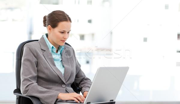 Aranyos üzletasszony dolgozik laptop ül asztal Stock fotó © wavebreak_media
