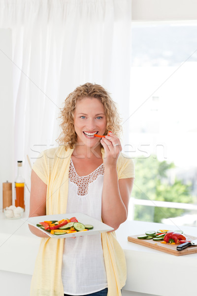 Bela mulher alimentação legumes casa mulher família Foto stock © wavebreak_media