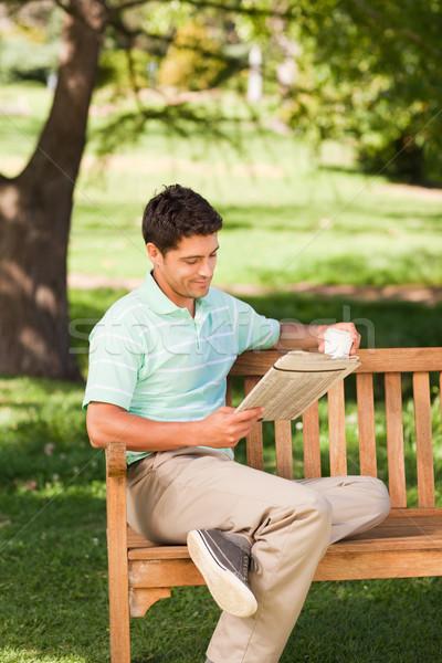 Uomo lettura giornale caffè estate verde Foto d'archivio © wavebreak_media