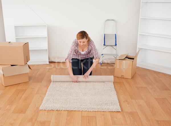 Femme blonde up tapis déplacer maison fille Photo stock © wavebreak_media