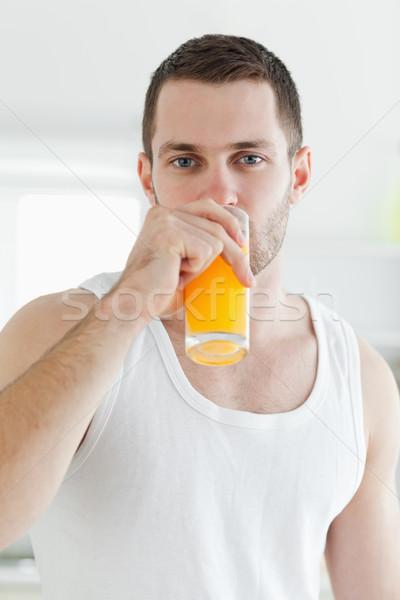 Retrato sereno homem potável suco de laranja cozinha Foto stock © wavebreak_media