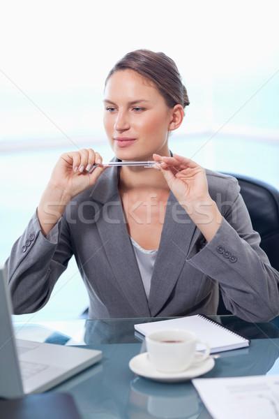 Portret koncentruje kobieta interesu pracy laptop biuro Zdjęcia stock © wavebreak_media